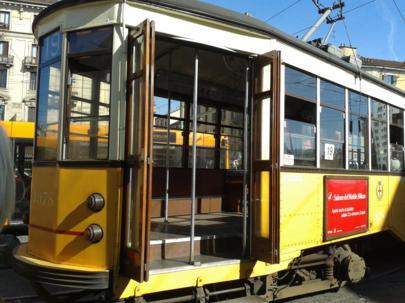 Foto di Milano (tram davanti alla stazione ferroviaria di Porta Genova)