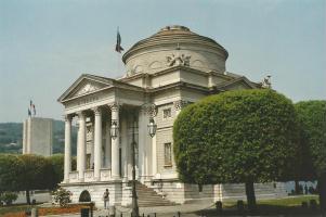 Foto di Como (Tempio Voltiano con in fondo il Monumento ai Caduti)